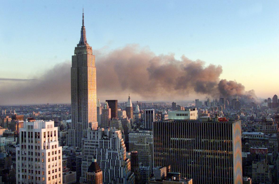 Kouře vane z místa teroristických útoků 11. září 2001