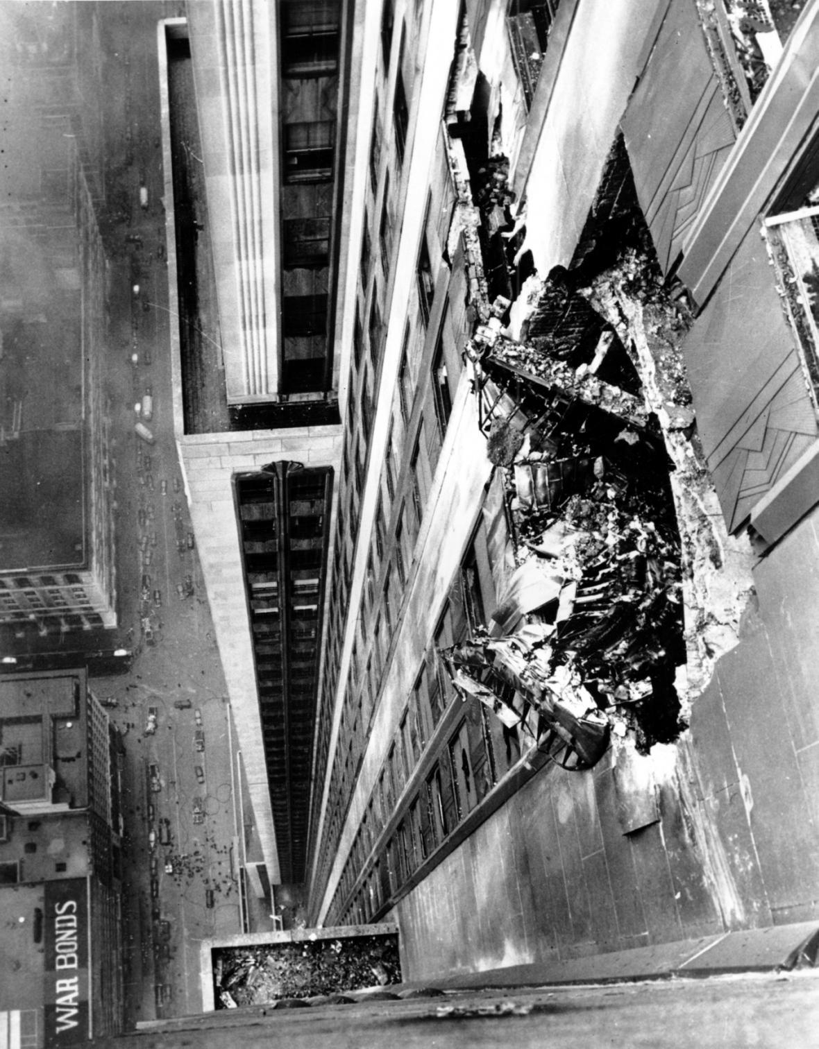 Trosky bombardéru B-25 vyčnívají z mrakodrapu, poté co pilot do budovy v roce 1945 v mlze narazil