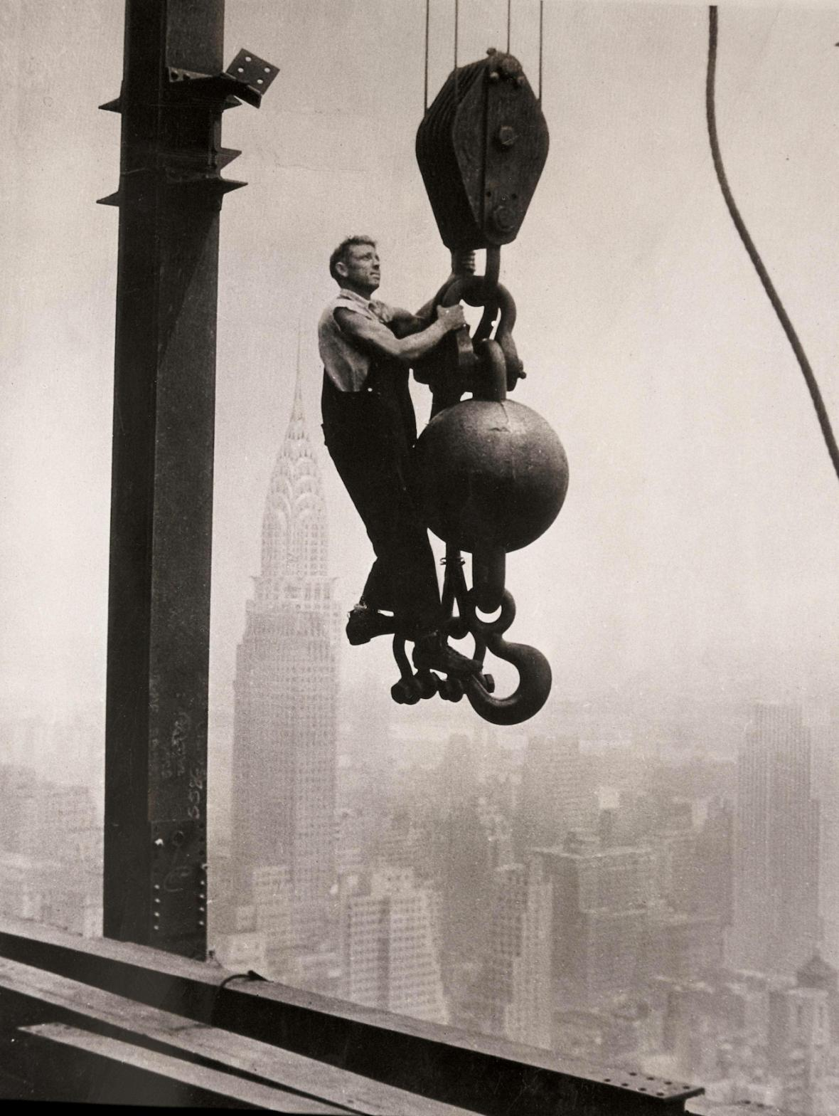 Stavbař během práce na mrakodrapu