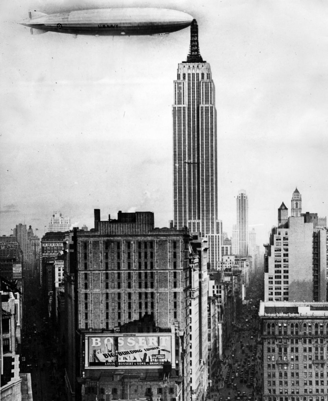 Empire State Buiding se vzducholodí v pozadí