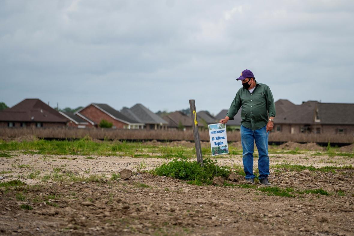 Domorodí obyvatelé z amerického státu Louisiana se stěhují. Stoupající moře pohlcuje jejich domovy
