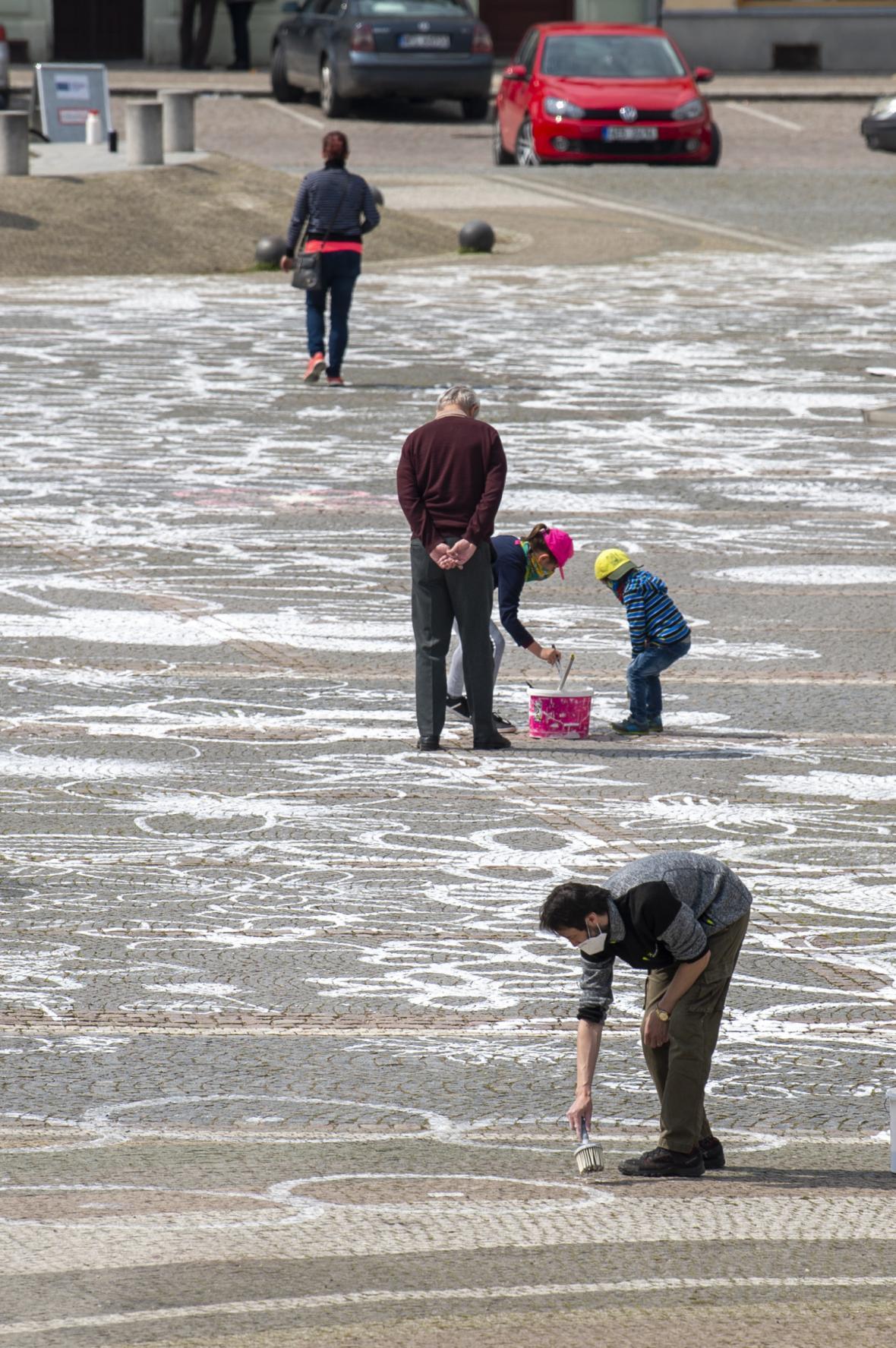 Na náměstí Přemysla Otakara II. ve Vysokém Mýtě lidé malovali na dlažbukvětinyjako poděkování zdravotníkům. Květy zaplnily celé náměstí