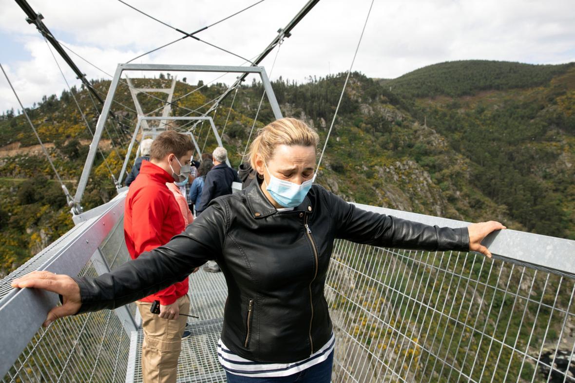 """Portugalci otevřeli nejdelší visutý most pro chodce na světě nazvaný """"516 Arouca"""