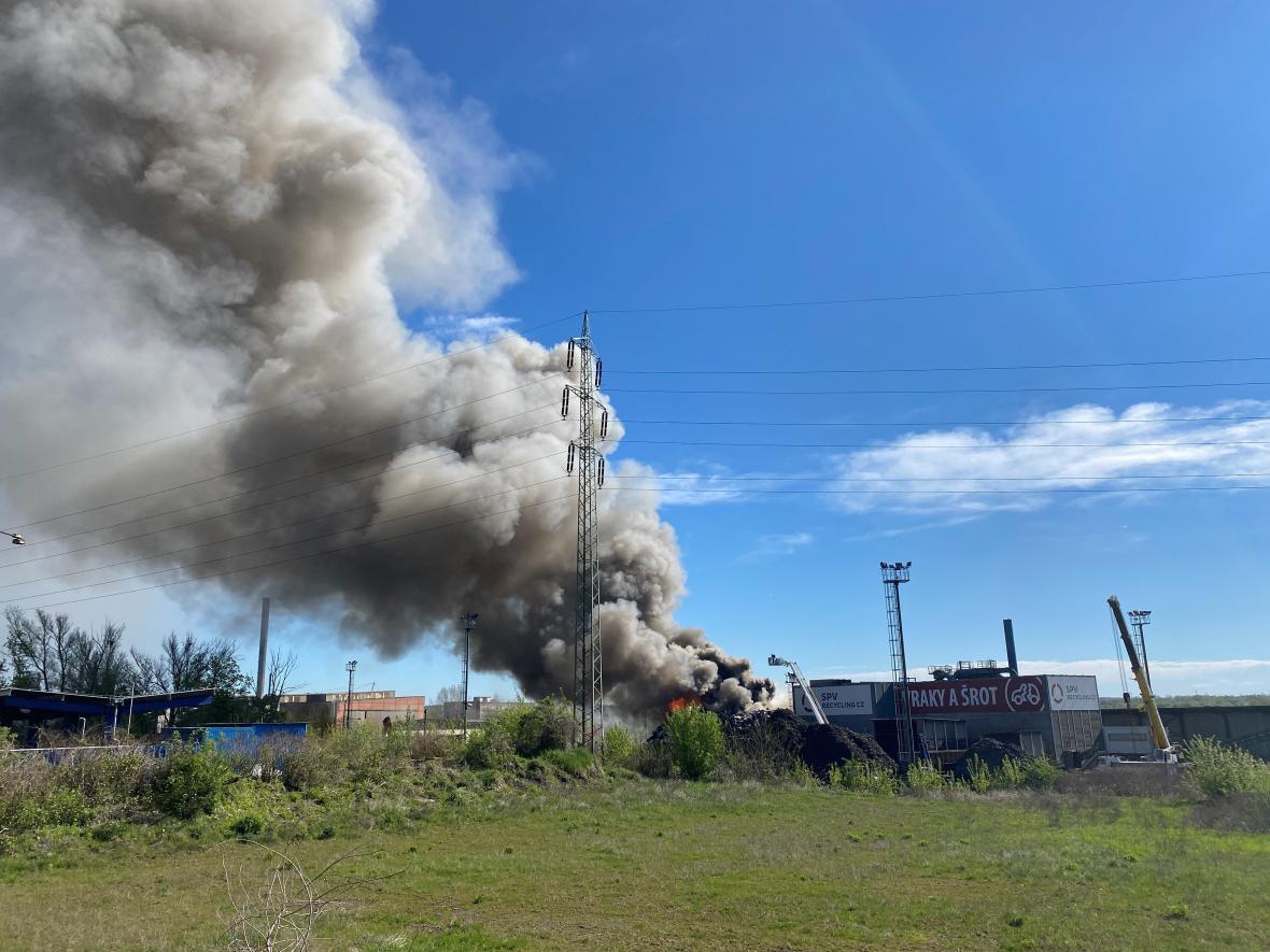 Požár autovrakoviště v Ostravě