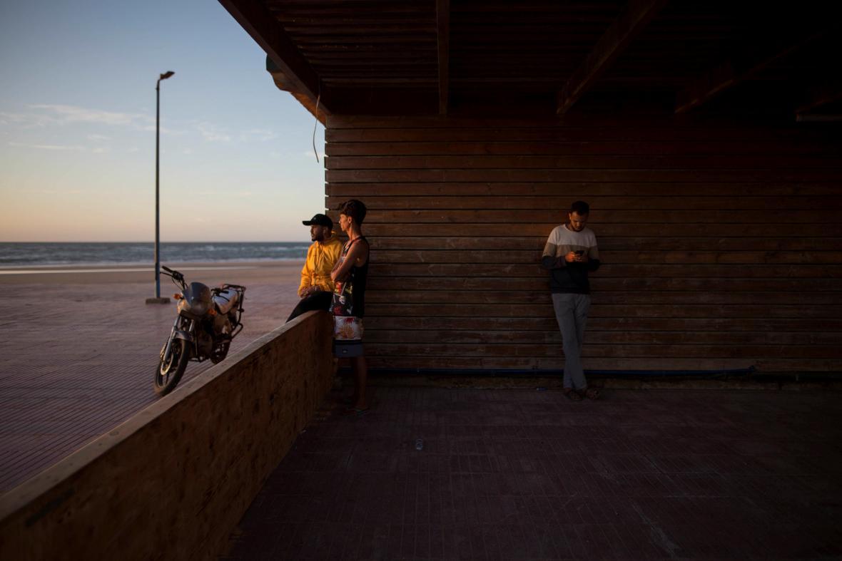 Skupina mladých surfařů postavila plážovou kavárnu, která slouží současně jako škola pro děti. Jak sami říkají jde o místo, kde se mladí lidé mohou shromažďovat, učit se a bavit se