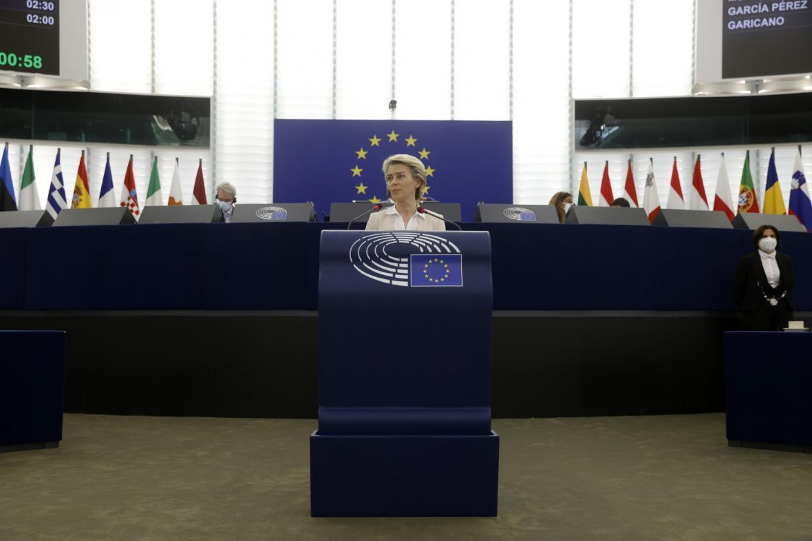 Europoslanci se chystají schválit covidové pasy, podle komisaře je testuje už milion lidí