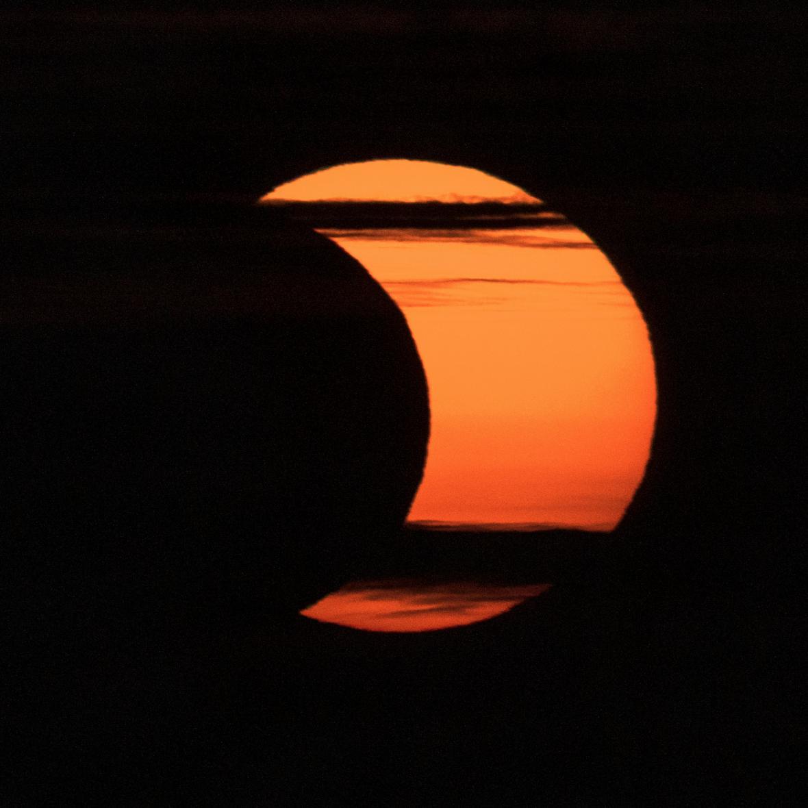 Měsíc zastínil Slunce. Podívejte se, jak přírodní úkaz sledovali lidé na různých místech světa