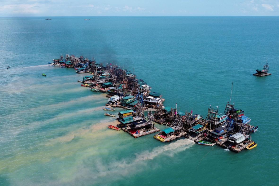 Těžba cínu v oblasti indonéského ostrova Bangka se od roku 2014 postupně přesouvá na moře z důvodu vyčerpání ložisek na pevnině