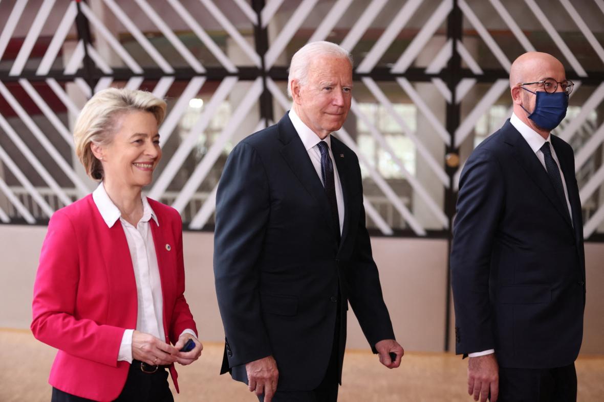 Joe Biden (uprostřed) jde s Ursulou von der Leyenovou na zahájení summitu