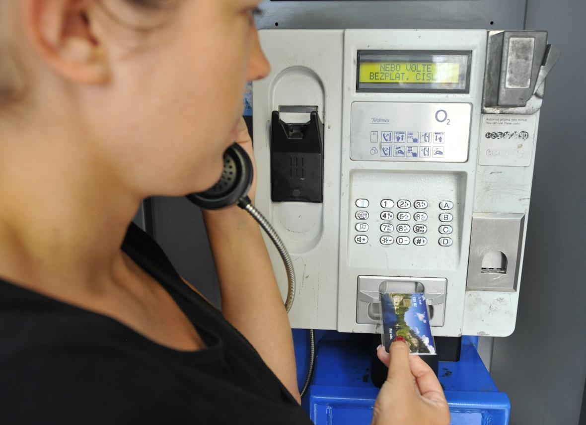 V Hlubyni na Příbramsku dělníci odstranili 17. června 2021 poslední telefonní budku na českém území