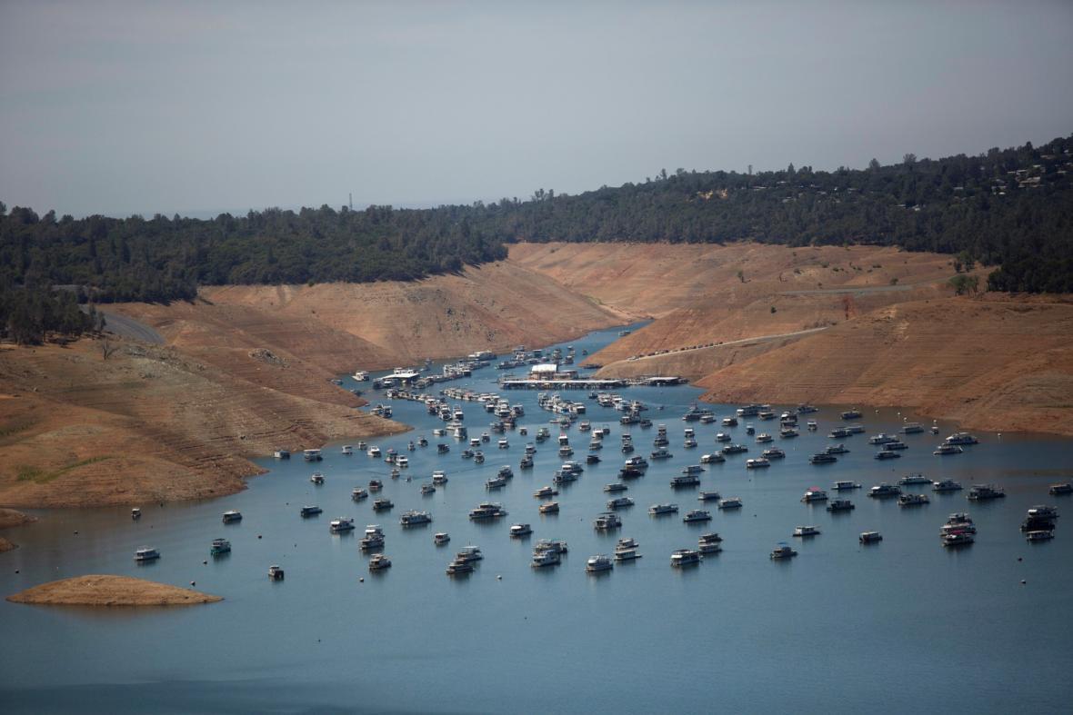 Nízká hladina vody v důsledku sucha je patrná v Hooverově přehradě poblíž Las Vegas a v nádrži Oroville na západním úpatí pohoří Sierra Nevady