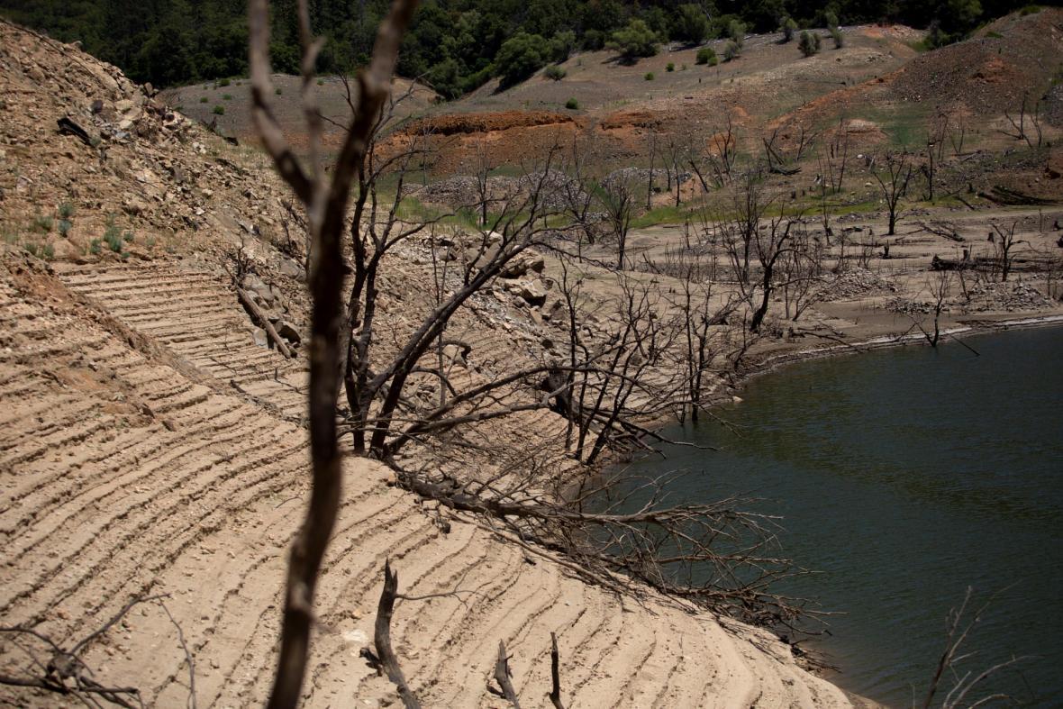 Nízká hladina vody v důsledku sucha je patrná v přehradě Hoover Dam poblíž Las Vegas a v nádrži Orovillen na západním úpatí pohoří Sierra Nevada