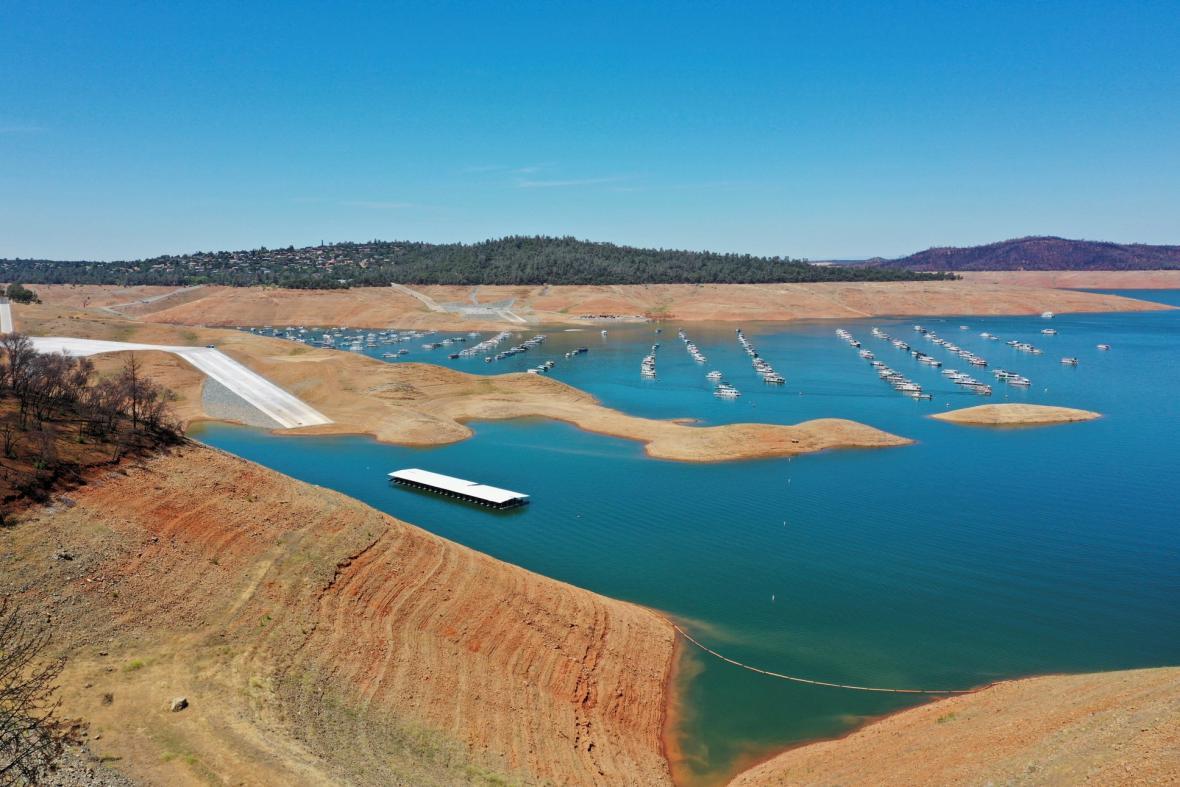 Nízká hladina vody v důsledku sucha je patrná v přehradě Hoover Dam poblíž Las Vegas a v nádrži Oroville na západním úpatí pohoří Sierra Nevada