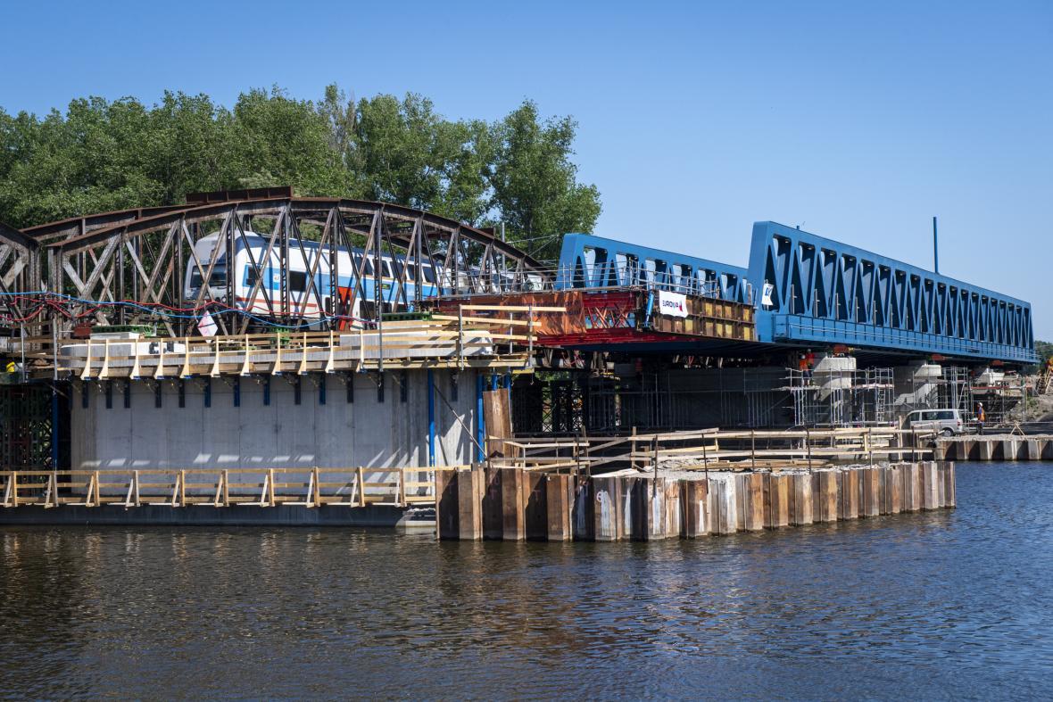 Nasouvání nového železničního mostu nad řeku v Čelákovicích
