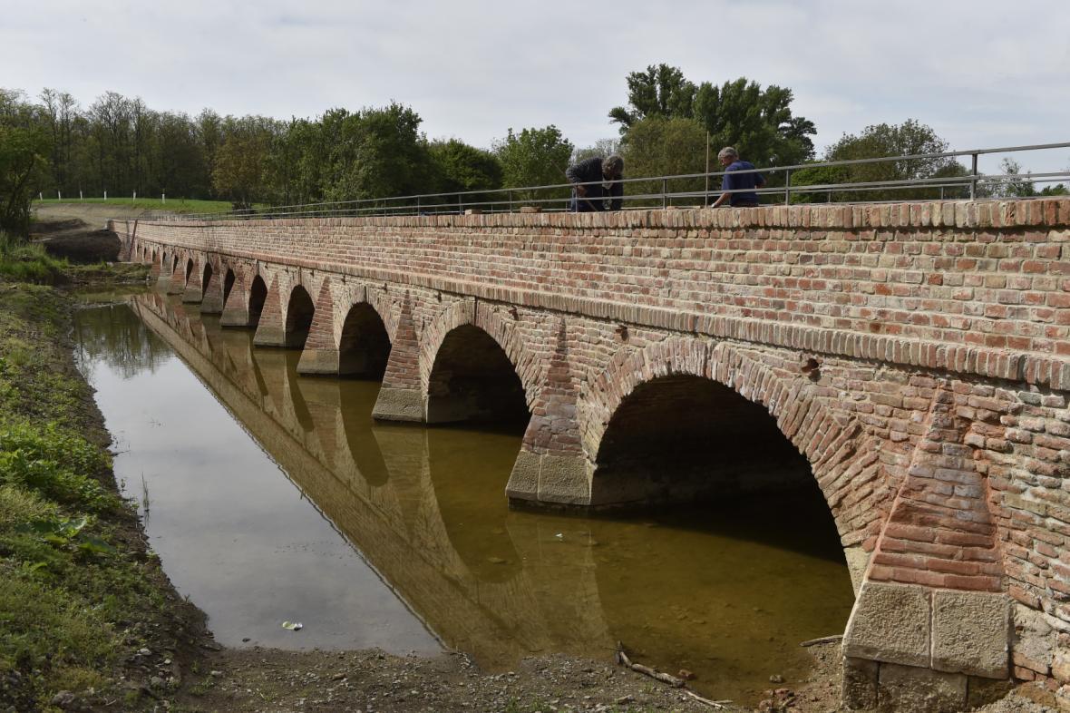 Cihlový most u letohrádku Portz u Mikulova