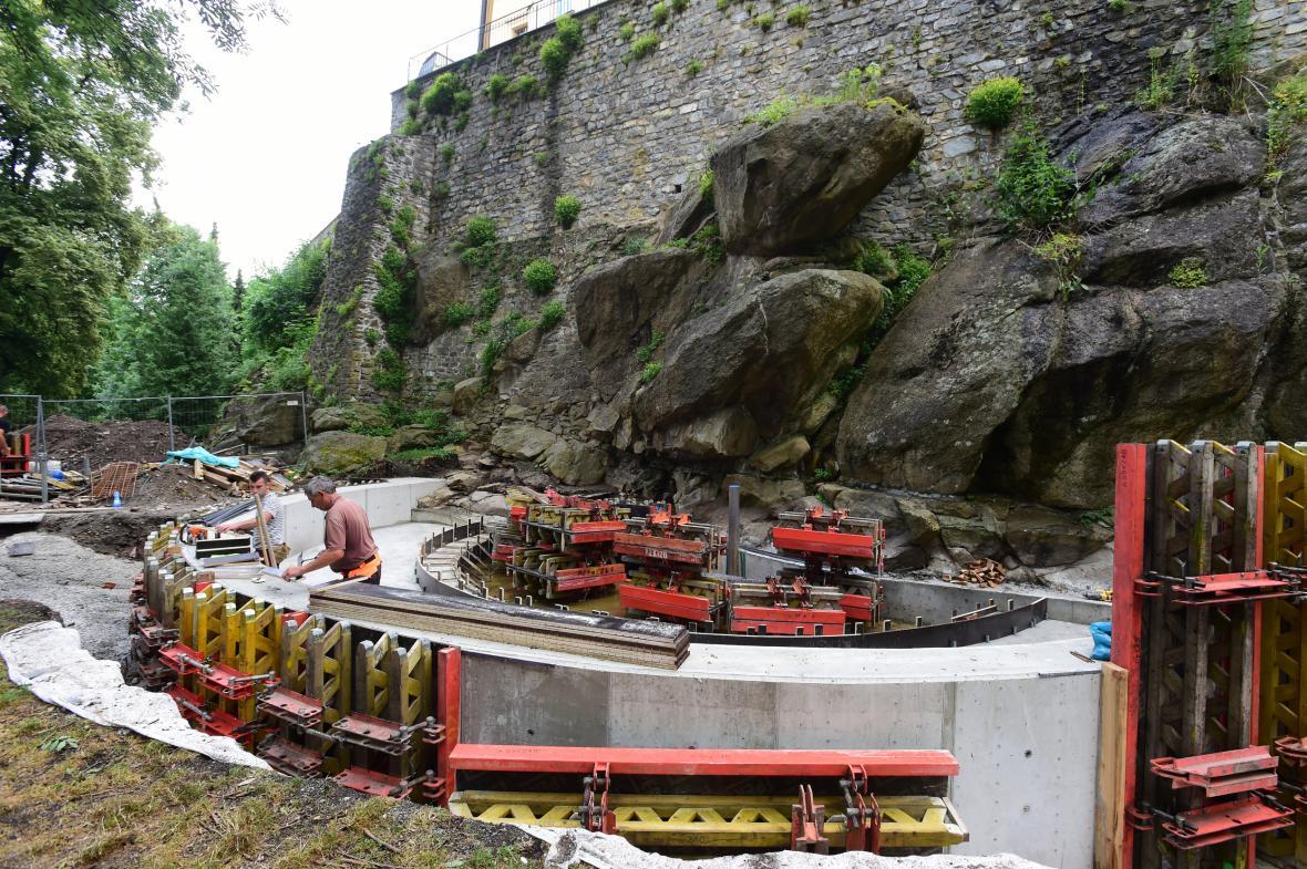 V Bezručových sadech v centru Olomouce pokračuje stavbavodopádu. Pod hradbami a skalisky Výstaviště Flora Olomouc dělníci připravují jámu, kde bude v podzemí umístěna technologie celého zařízení