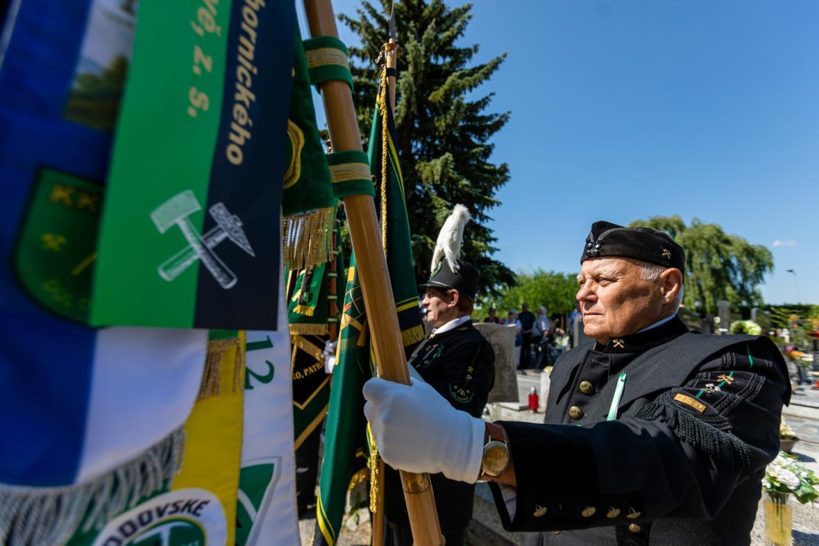 Pietní akt na hřbitově v Šumbarku