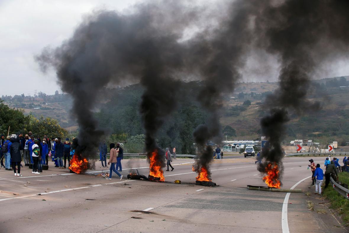 Rabování a násilnosti v JAR jako reakce na uvěznění exprezidenta. Zemřely desítky lidí