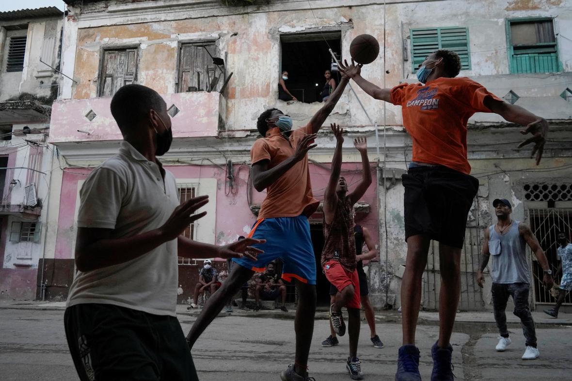 Týden obrazem: Kubánská revolta, francouzský svátek a filmové hody