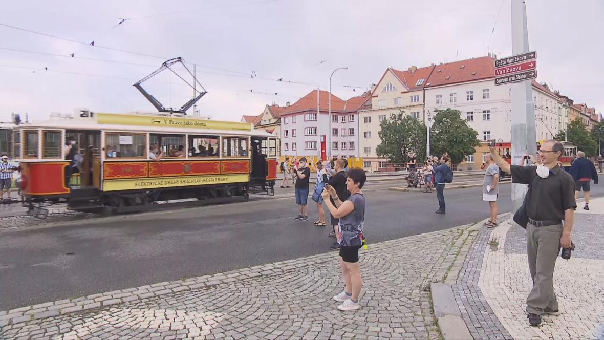 Historická tramvaj na jízdě Prahou
