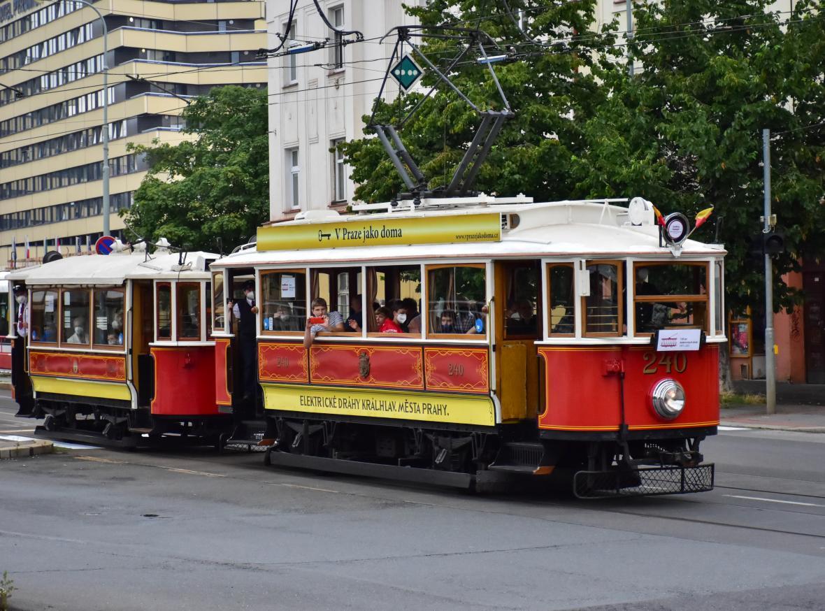 Prahou projíždí historické tramvaje, připomínají výročí 130 let od první elektrické jízdy v Čechách