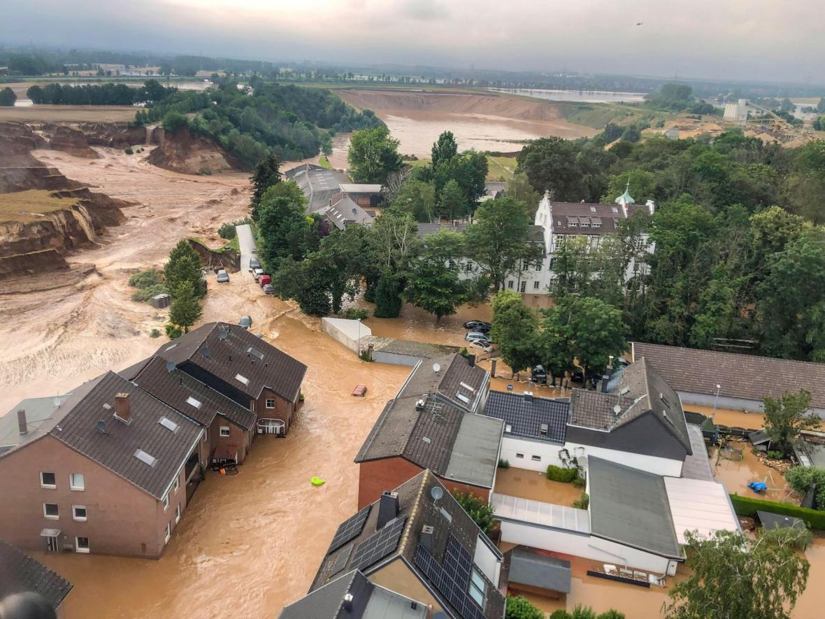 Extrémní záplavy na západě Evropy mají na svědomí lidské životy i obří materiální škody