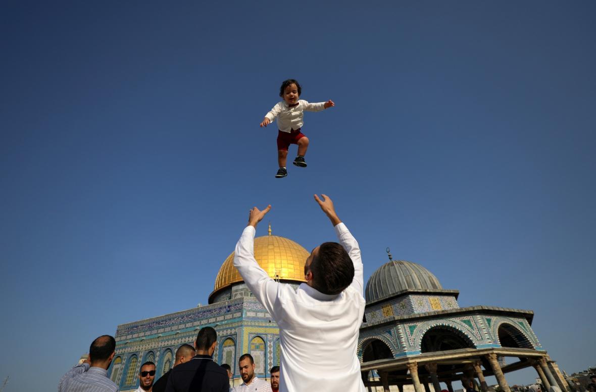 Muslimové po celém světě slavili Svátek oběti. Letos se mnoho věřících ale nevydalo do Mekky z důvodů koronavirových opatření a oslavovali ve své domovině. V samotné Mecce byl počet věřících v hlavním chrámu limitován