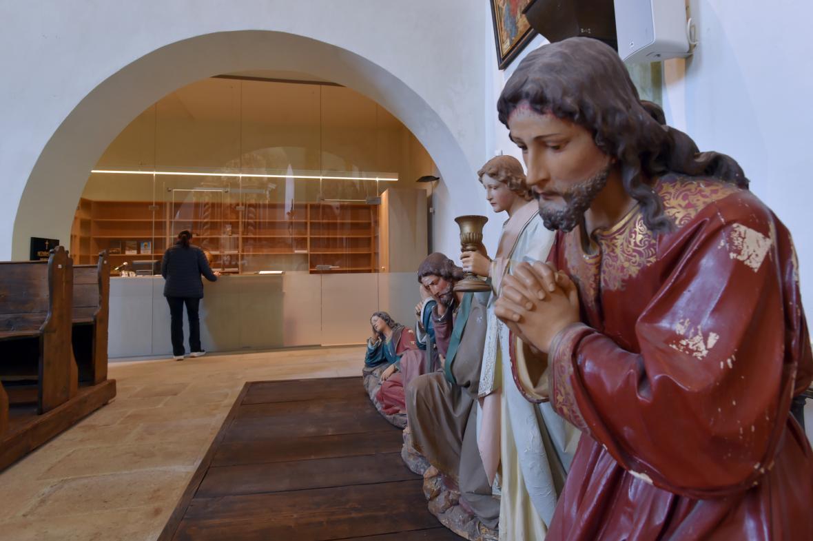 Informační přepážka u vstupu do kostela svaté Anny