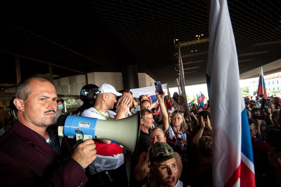 Skandující dav se shromáždil před budovou slovenského parlamentu