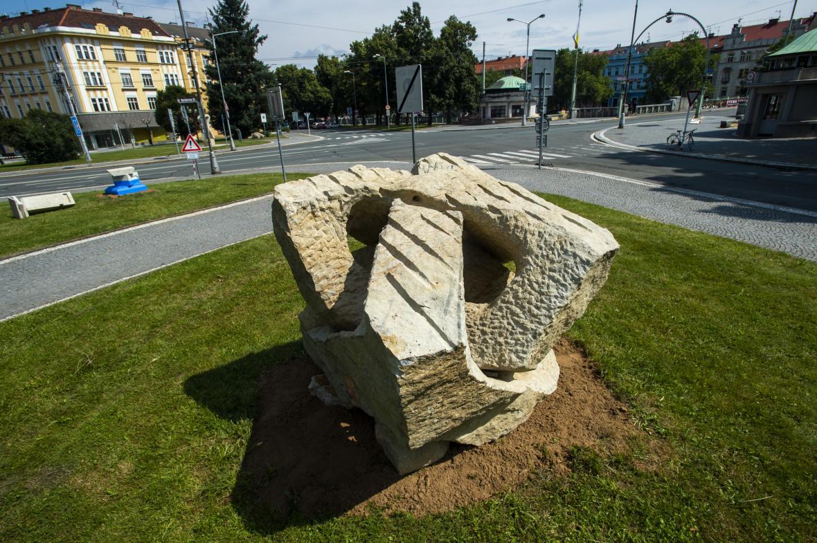 Nábřeží sochařů - výstava děl sochařů ze sympozia v Hořicích je k vidění na náměstí Svobody v Hradci Králové