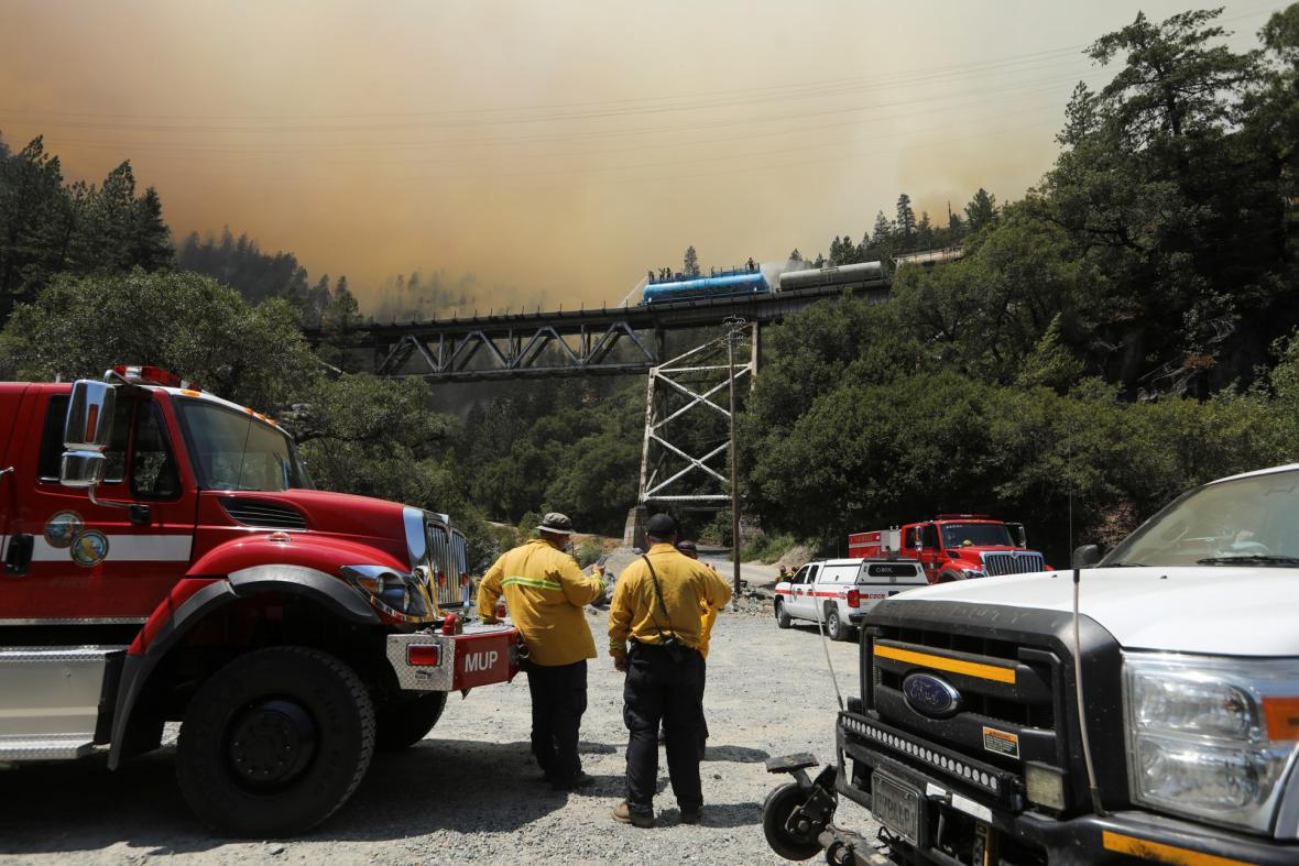 Hasičské železniční vozy zasahovali v přírodní rezervaci Plumas v severní Kalifornii