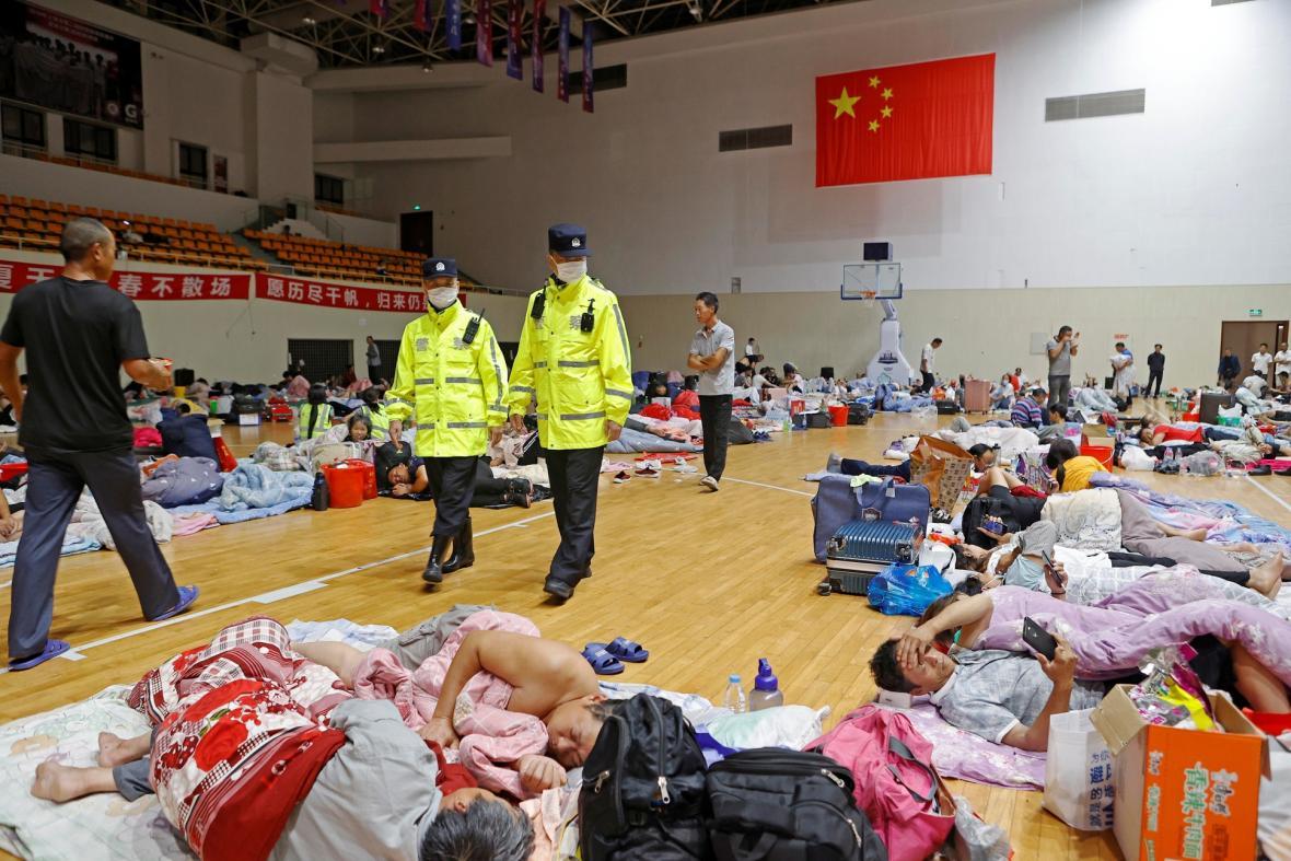 Tajfun In-fa prochází Čínou. Zasáhnul oblasti kolem města Šanghaj a Tchaj-čou