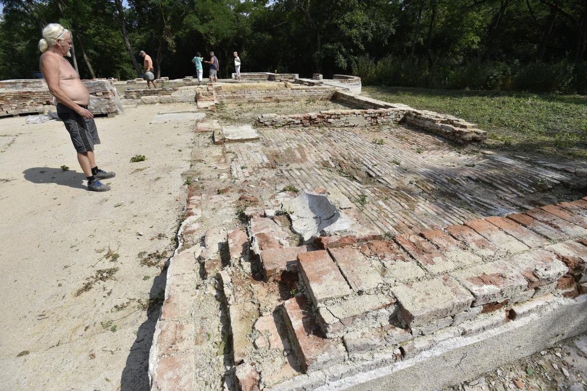 Dobrovolníci obnovují Katzelsdorfský zámeček