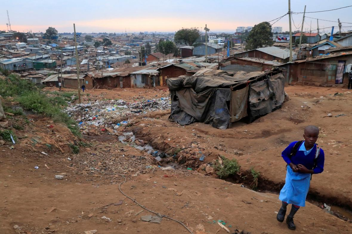 Děti se vracejí do školy v městské čtvrti Kibera v Nairobi, která je současně největším slumem v zemi, poté co promeškaly vzhledem k pandemii školní rok 2021