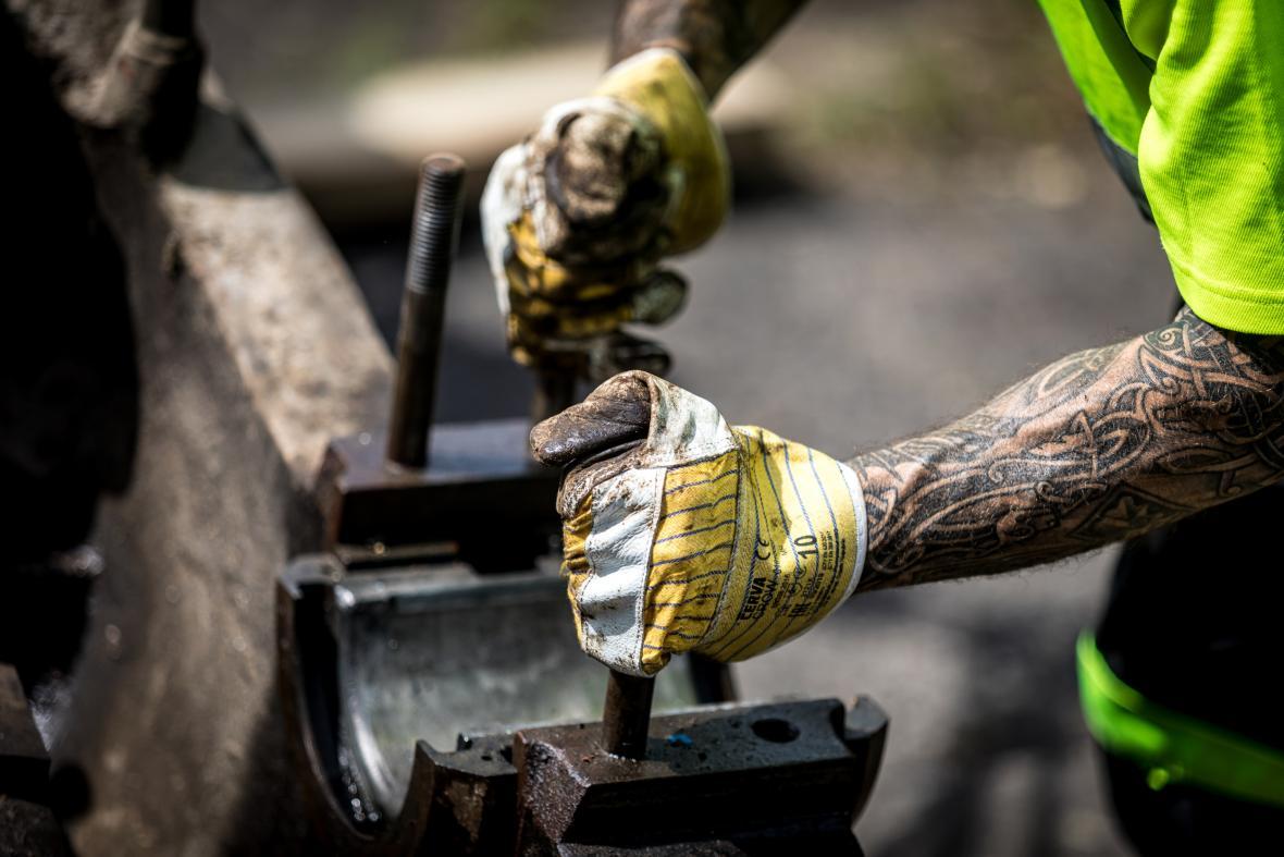 Ústečtí muzejníci stěhují obří stroje z bývalé výrobny mýdel v areálu někdejší Setuzy