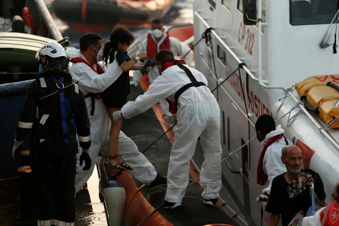 Migranti se pokoušejí dostat na záchrannou loď německé nevládních organizací Sea-Watch 3 poté, během záchranné operace v mezinárodních vodách u pobřeží Tuniska