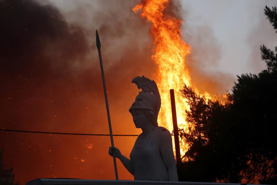 Severně od města Atény se hasiči snaží dostat pod kontrolu lesní požáry, které vypukly na více místech. Oheň se rychle šíří a může zasáhnout i samotnou metropoli