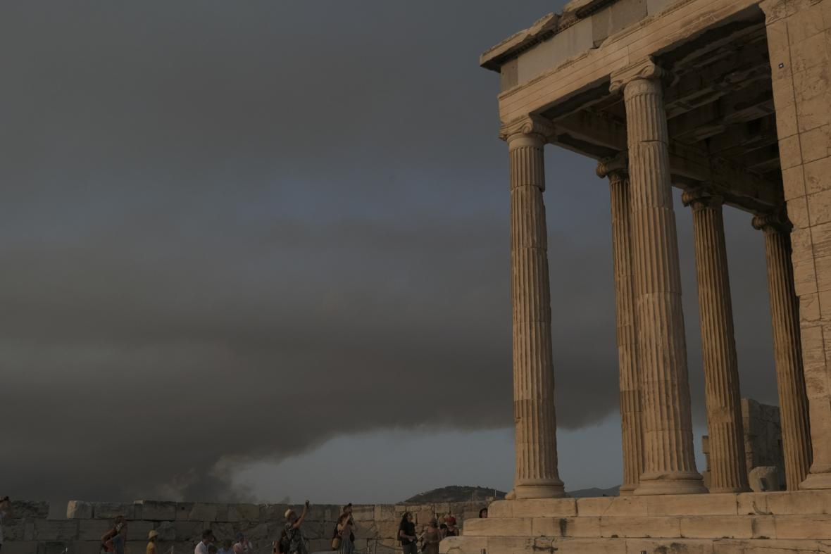 Severně od města Atény se hasiči snaží dostat pod kontrolu lesní požáry, které vypukly na více místech. Oheň se rychle šíří a v případě nepříznivých podmínek může zasáhnout i samotnou metropoli
