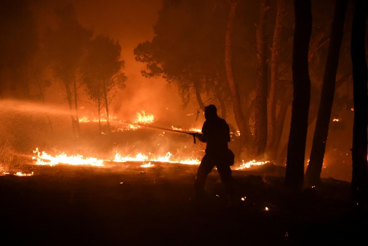 Hasiči se snaží dostat pod kontrolu plameny na severu Atén