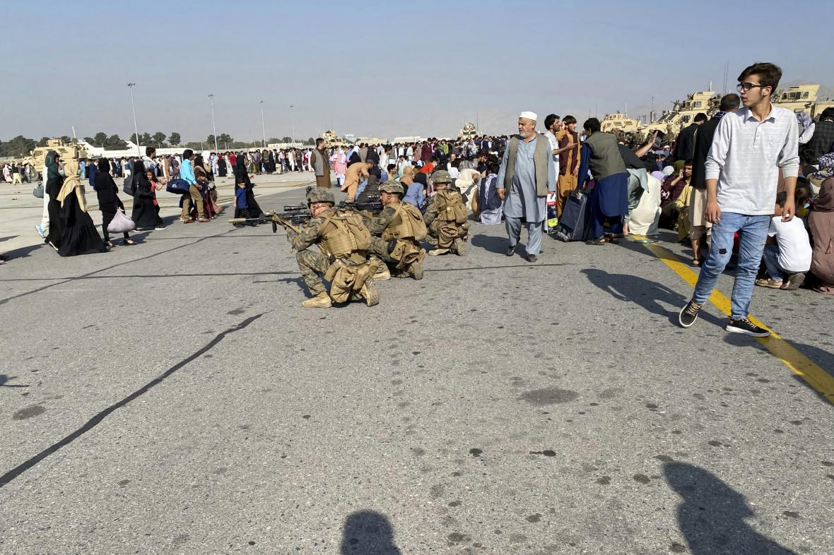 Po obsazení Kábulu hnutím Taliban zavládl v Afghánistánu chaos. Mnoho obyvatel se snaží ze země uprchnout
