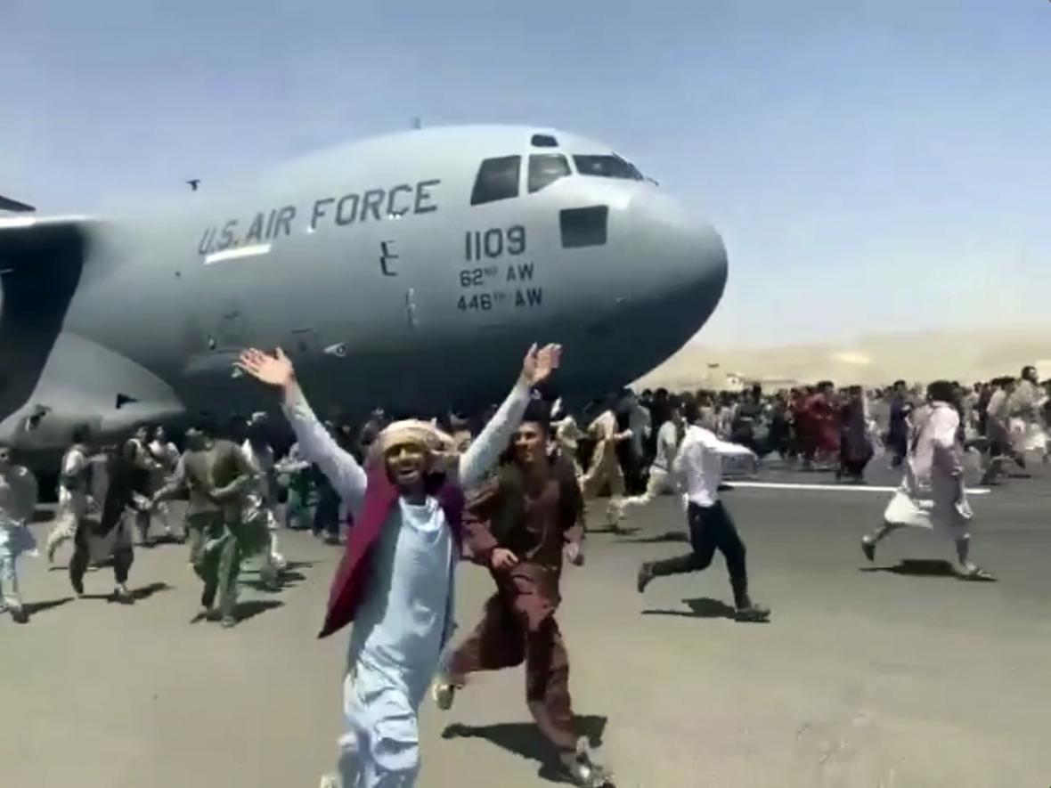 Po obsazení Kábulu hnutím Taliban zavládl v Afghánistánu chaos. Mnoho místních obyvatel se pokouší ze země uprchnout a jednotlivé země se snaží o evakuaci svých obyvatel