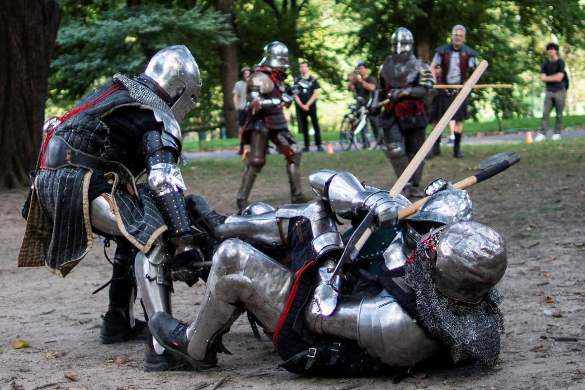 Setkání vyznavačů larpingu v Central Parku v New Yorku. V roli rytířů se účastníci pouštěli do skutečných soubojů, ve kterých nebyla nouze ani o zranění