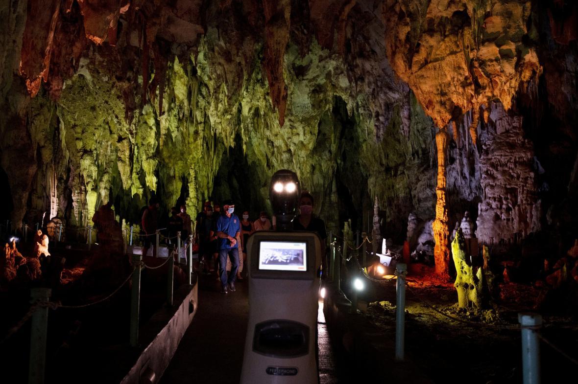 První robotí průvodce na světě, který předává informace turistům v jeskynním systému se jmenuje Persefona. Robotí průvodce pomáhá turistům v řeckém jeskyni Alistrati