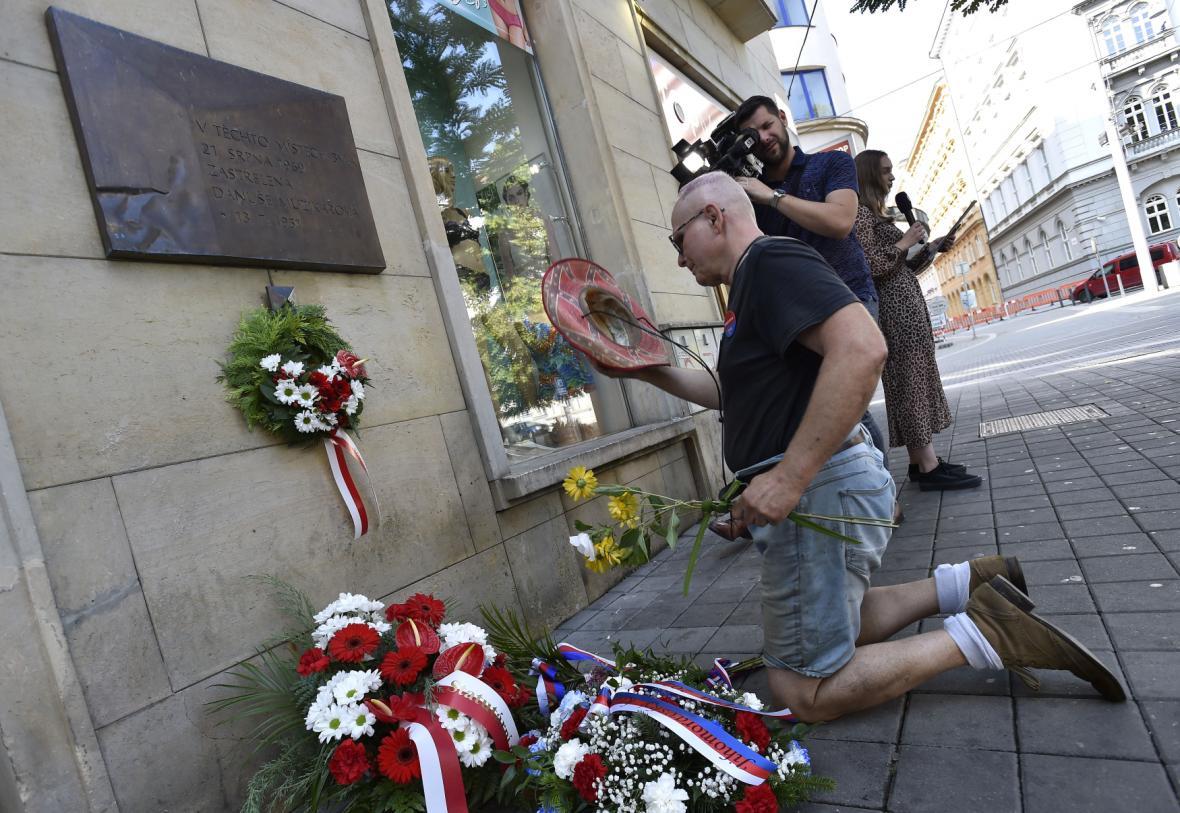 Lidé kladli 21. srpna 2021 v Brně věnce a květiny u pamětní desky Danuše Muzikářové, jedné z obětí okupace vojsky Varšavské smlouvy v letech 1968 a 1969