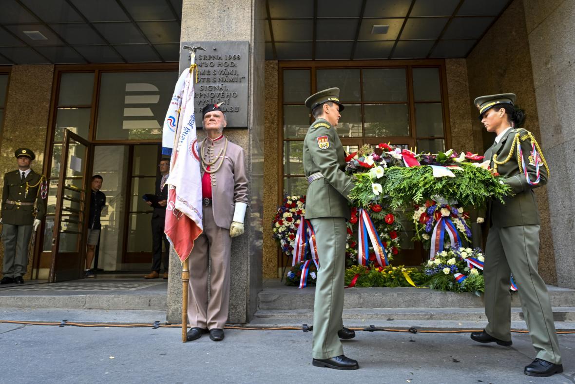 Před budovou Českého rozhlasu v Praze se konala tradiční vzpomínková akce k uctění památky obětí invaze vojsk Varšavské smlouvy v roce 1968