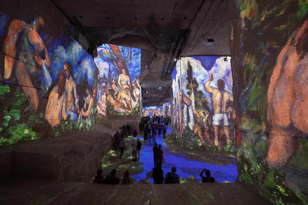 Výstava digitalizovaných děl Paula Cézanna a Vasilije Kandinského v bývalém vápencovém lomu ve vesnici Les Baux-de-Provence na jihu Francie