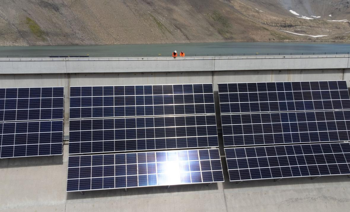 Výstavba nejvýše položené solární elektrárny v Evropě u vodní nádrže Muttse ve švýcarských Alpách