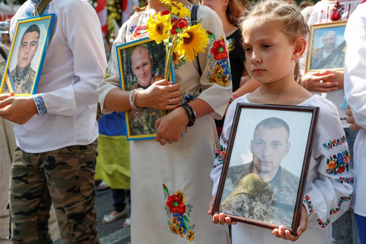 Portréty padlých ve válce s Ruskem v Donbasu na přehlídce k 30. výročí nezávislosti Ukrajiny