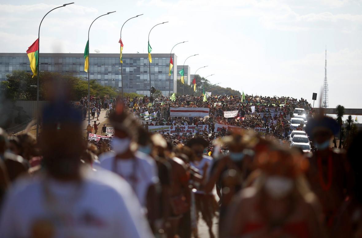Kmenová rada Xoklengů vyzvala další skupiny domorodého obyvatelstva Brazílie, aby podpořili během protestů. Do hlavního města Brasília přijíždí tisíce zástupců jiných kmenů, kteří se obávají, že výrok Nejvyššího soudu v blízké době postihne i je