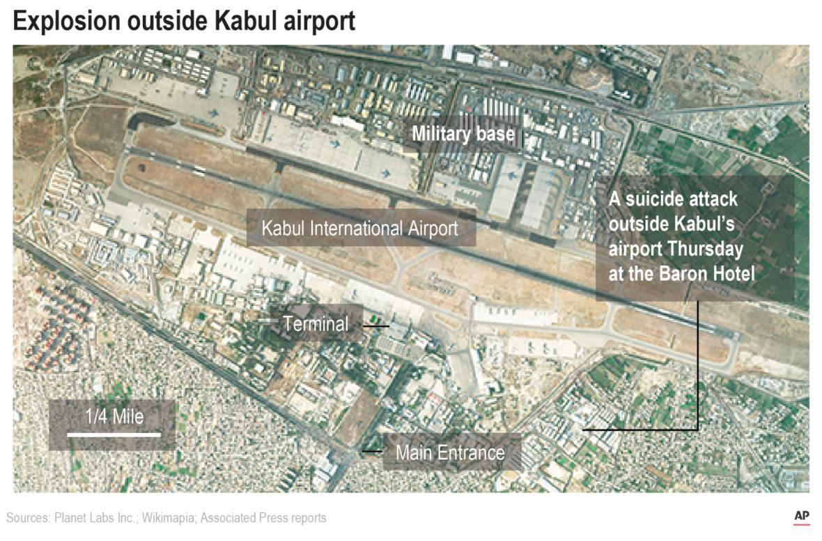 Satelitní snímek kábulského letiště a místo výbuchu u Abbey Gate